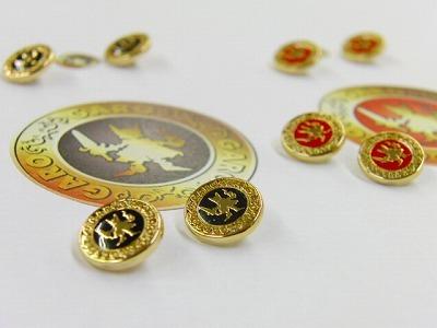 オリジナルデザイン、特注ロゴ入り、メタルボタン・ブローチ金具のオーダーメイド製作 メタルハウス アクセサリーパーツ