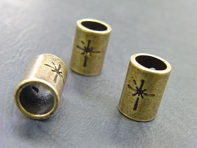 オリジナルのブランドロゴ入り、オーダーメイド、特注生産の紐止め金具の製作 メタルハウス オリジナル特注オーダーメイド金具製造販売