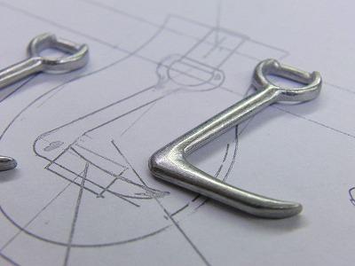 オリジナル・特注ブランドネーム入りチャーム、アクセサリー、ジッパー、引っ張り金具のオーダーメイド製作風景