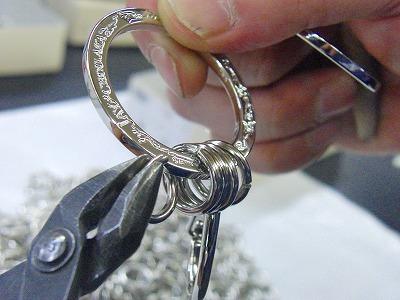オリジナルのアーティストロゴ入り、オーダーメイド・特注のキーホルダー金具の製作風景