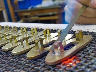 オーダーメイドのスケルトン型、オリジナル特注ブローチ金具の製作 メタルハウス