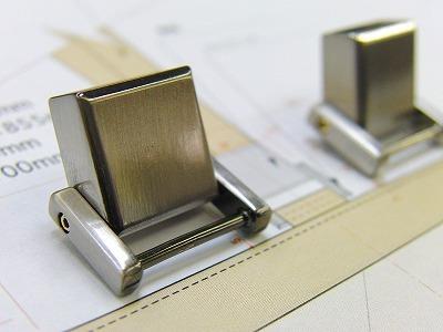 伝統の西陣織柄オリジナルブローチ金具と、特注ネームホルダー金具の製作 メタルハウス特注オリジナルオーダーメイド金具