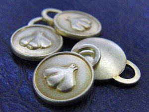 カラフルなオリジナルデザイン、特注メタルチャームのオーダーメイド製作 メタルハウスノベルティ 小物製作 金具 製造販売