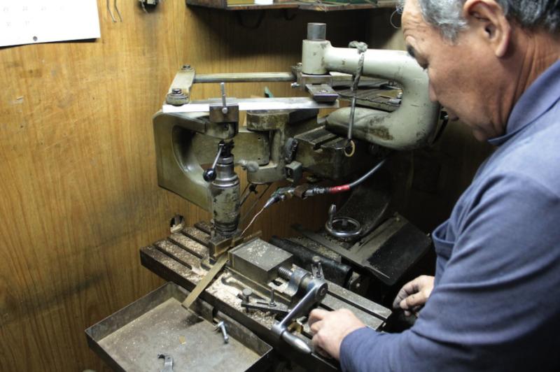 オリジナルの金具を作成するメタルハウスの職人たち  オーダーメイド、特注、オリジナル金具