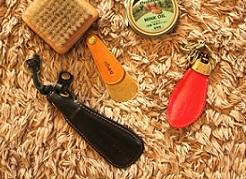 オリジナルブランドネーム入り、オーダーメイドの特注靴べらキーホルダーの製作 ノベルティ.販促品.記念品.贈呈品用.金属小物.革小物, ブログ, 特注・オリジナルキーホルダー金具, 職人技  オリジナル・特注、ロゴ入り、ネーム入り靴べら金具 Original Metal Shoehorn With Its Original Logos.     メタルハウスでは、弊社オリジナルの靴べら、キーホルダー金具に、お客様オリジナルのブランド名を刻印することができます。