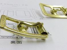 オーダーメイド・オリジナルロゴ入り特注バックルとベルト革合わせての製作事例 オリジナル・特注金具  オーダーメイドのオリジナルロゴ入り特注バックルとベルト革合わせての製作事例 Original Belt Buckle fittings     メタルハウスでは、ブランド、デザイナー、印刷業、自動車産業、ノベルティー、、さまざまな業種の方々からオリジナルの金具の製作のご依頼を頂きます。これからご紹介するバックルも、メタルハウスが得意とするオリジナル金具のひとつです。