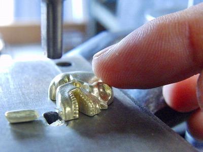 ロストワックス、真鍮製お客さまオリジナル・特注のスケルトンカシメ金具のオーダーメイド製作 アクセサリー メタル 金属 メタルハウス 金具