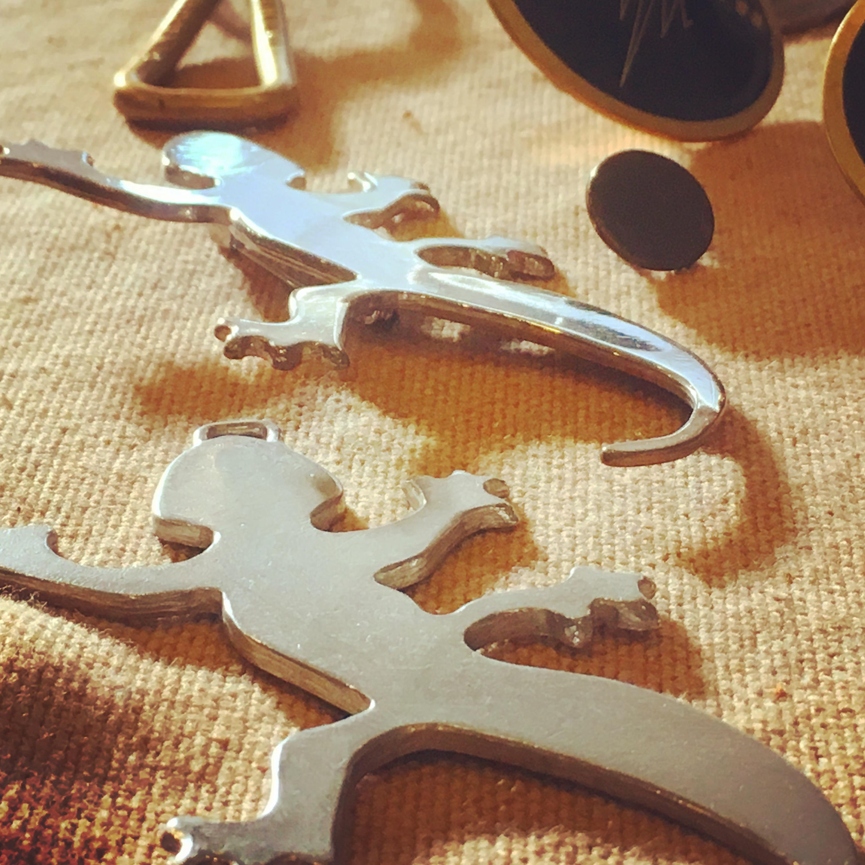 ヤモリデザイン、手作り、ブランドモチーフ、オリジナル特注オーダーメイドのピンバッジの製作