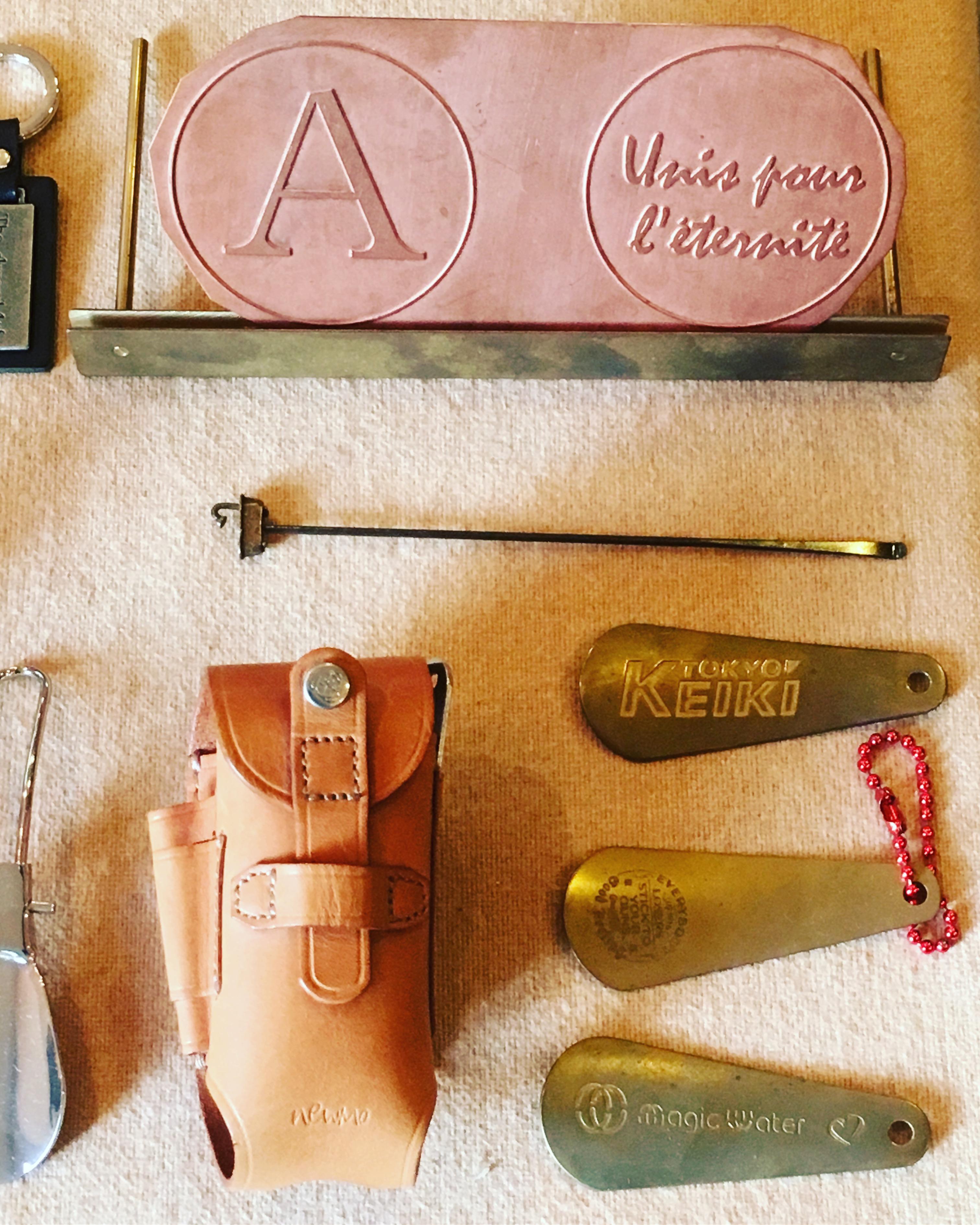 お客様オリジナル金具のサンプルから、オリジナル金具を付属した、アクセサリー、金属小物や革小物のサンプルまで、お客様のアイデアやイメージを形にする、メタルハウスの特別な場所。