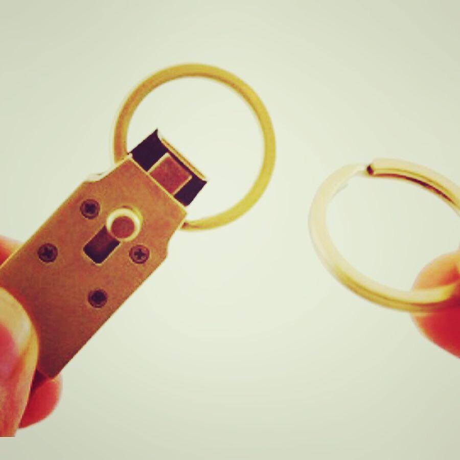 ロゴ入れ、金具色、革色、全てオーダーメイドで作れる、カギワンタッチ取り外し式キーホルダー