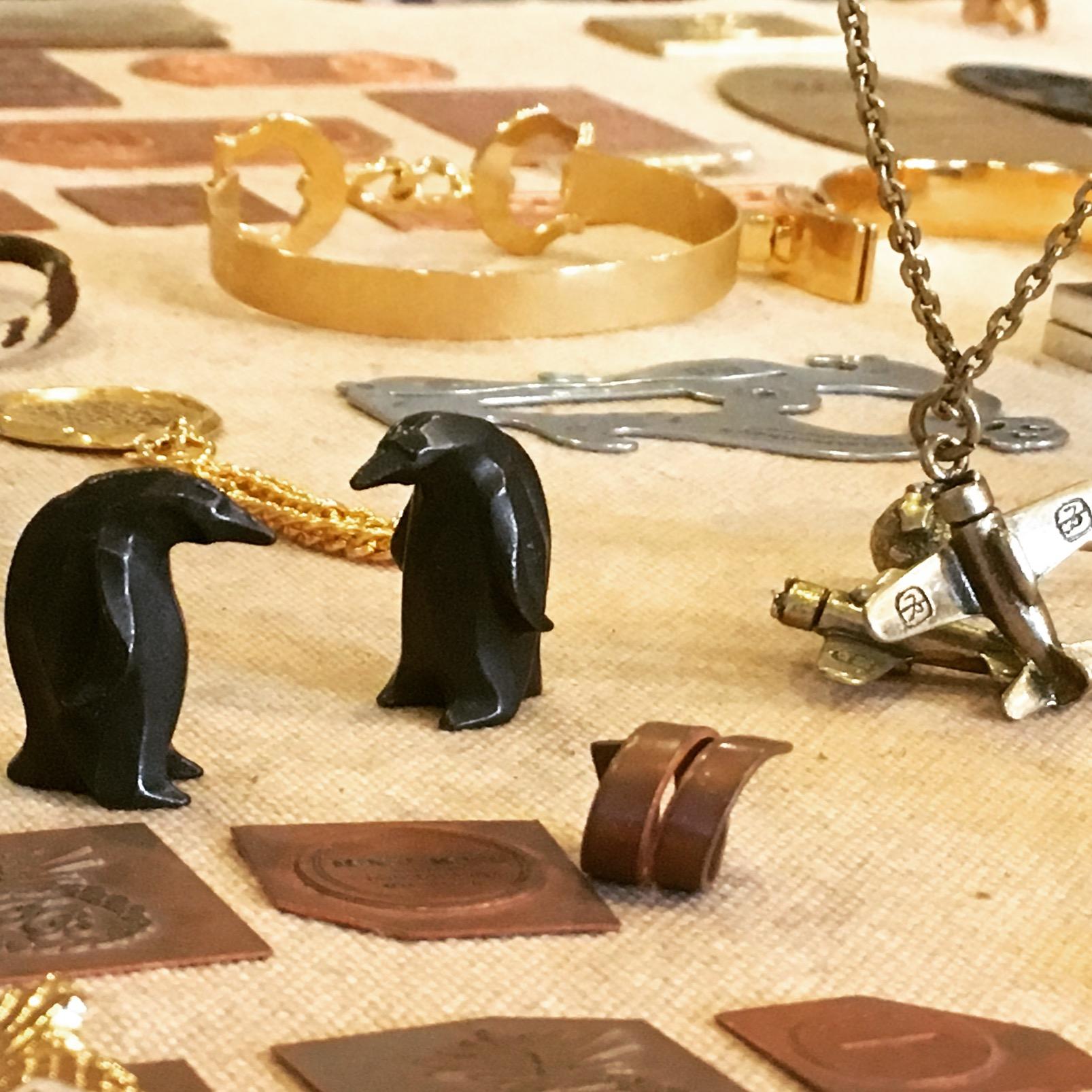 お客様ブランドオリジナルチャームの製作。デザインを繊細に金型に作り込みメタルチャームを作ります。
