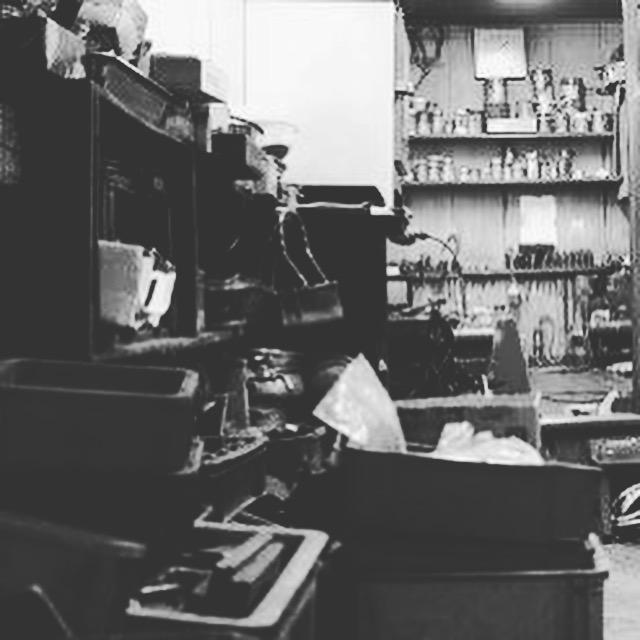 熟練の職人と共にメタルハウスを支えてきた、歴史を刻み込んだ金型、プレス職人の作業場。
