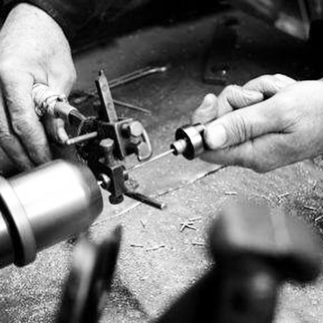 全てが生み出されていく、魔法の手 ・ 🔨 熟練の職人が、ブランドオリジナルアクセサリーや金具、メタルパーツ、チャーム、バックル、、を作ります。