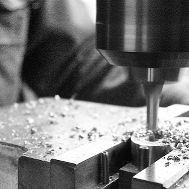 メタルハウスの熟練の職人と彫刻機による、オリジナル金具の製作