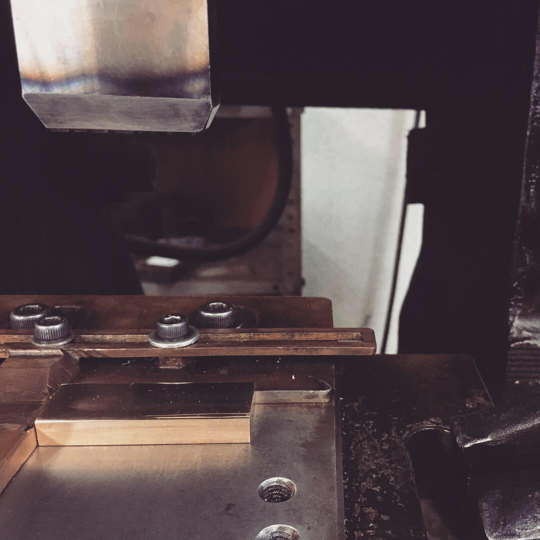 メタルハウスでは、お客様オリジナルブランドのロゴやデザインをプレス機にて手作業で刻印する技術と機械、そして、それを巧みに操れる、熟練の職人がいます。