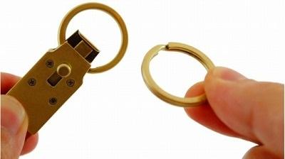 鍵の取り外し、ベルトへの取り付けなどが可能、機能的なオリジナルキーホルダー メタルハウス 2019111