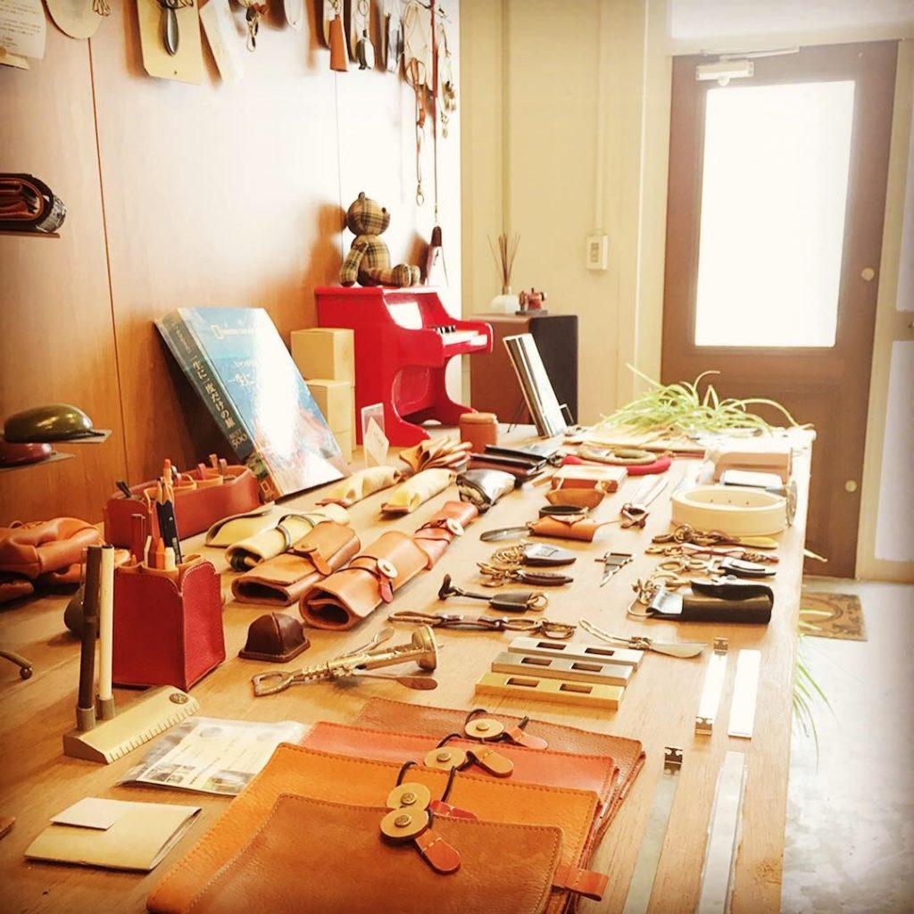 メタルハウスのアトリエ兼ショールーム。オリジナル金具、アクセサリーはここから生まれます。お客様オリジナル金具のサンプルから、オリジナル金具を付属した、アクセサリー、金属小物や革小物のサンプルまで、お客様のアイデアやイメージを形にする、メタルハウスの特別な場所。