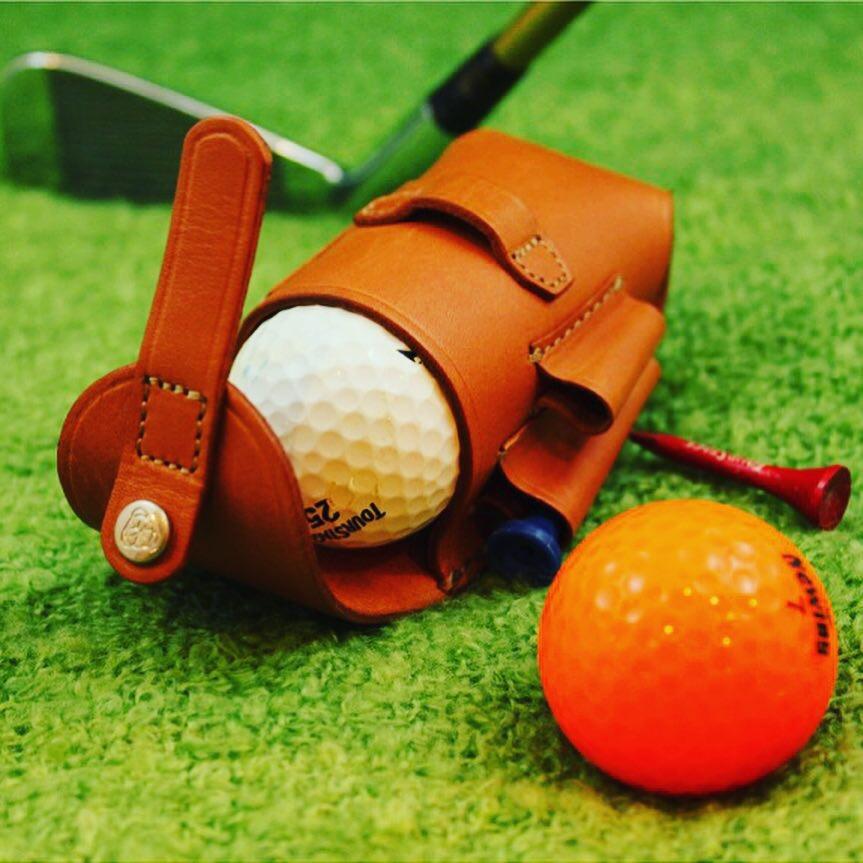 ゴルフボールx2個+ティーx2本+デポット直しx1個をベルトループに取り付けて、ラウンドできる革小物。 ・ 2. オリジナルのデザインから製作したバックルを取り付けた、オーダーメイドのベルト。 ・ 3. 特注のロゴ入りのカシメを使用した、オリジナルのキーホルダーの製作。