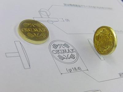 真鍮製ネーム入りアクセサリーホック、カシメ、チャームの特注オーダー。東京に本社を構え、モノ作りをなさっている新規のお客様から、カラフルなエポキシ樹脂を入れ込んだオリジナルブローチ金具の依頼を頂きました。