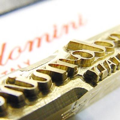 ブランドロゴを彫刻した、オーダーメイドの焼印、箔押し、素押し金具。こだわりの革にブランドのロゴを入れ込む為に使用する焼印型。素押しの型に入れ込んでも良し、手打ちの型として使用するのも良し。