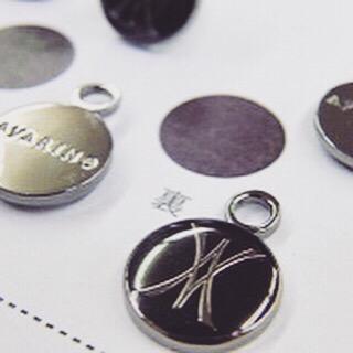 🔨 お客様のご希望を忠実に表現する為に、金色、銀色、アンティーク、またエポキシ樹脂加工で、カラフルな色展開、理想のイメージを金具にします。 ・ 🔨 オリジナルブランドのアクセサリーチャームに、ピンクゴールドメッキと、黒メッキ+エポキシ樹脂にて色を展開した、オーダーメイドのメタルチャーム。