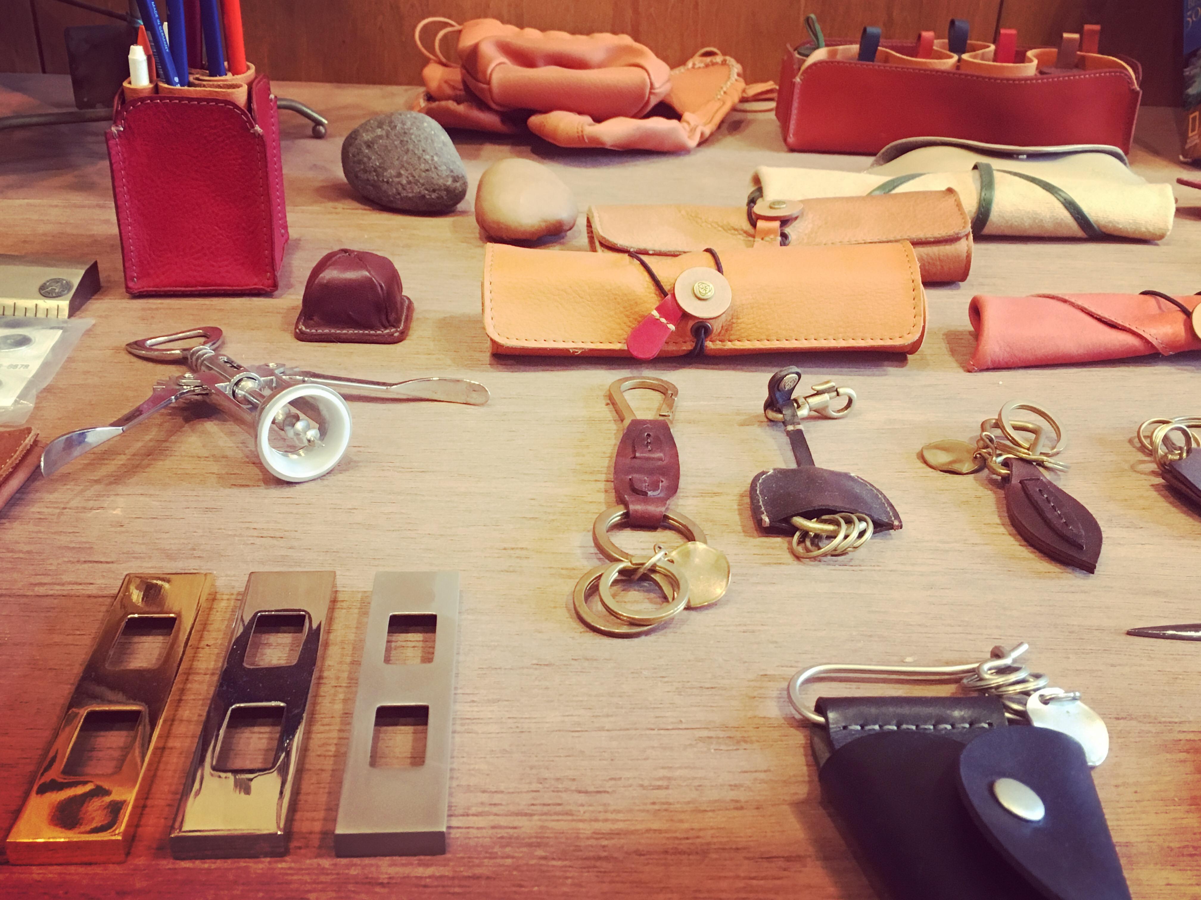 メタルハウスのアトリエ兼ショールームには、今まで製作したオリジナル金具やアクセサリー、そして革小物や金属小物がコレクションとして展示してあります。