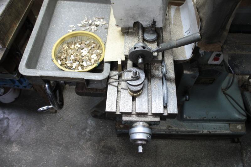 """真鍮製で職人手作り、オリジナルピンバックルの特注オーダー Original Brass Metal Buckle   北海道にて、ブランド、モノ作りを展開なされているお客様より、使い込むほどに艶やかさ、味わいを楽しめる真ちゅう素材の、全て手作りのオリジナルバックルを作成していきました。まず、真ちゅうを削りだし、それぞれのパーツを取り揃えていきます。  真ちゅうを削り出して、商品を成形していく""""挽きモノ""""という技術を使用していきます。"""