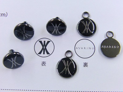 銀座のジュエリーブランドさまから、アクセサリーチャームやジッパー、ホックの注文を頂きました!宝石ブランドに使用されるオリジナルアクセサリーパーツの製作ということで、力が入ります。 黒メッキに黒いエポを使用した、非常に上品で、洗練されたデザインが素晴らしい感じに仕上げる事が出来ました。