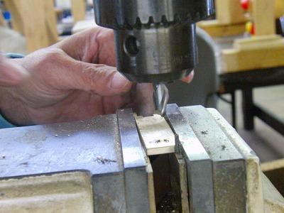 キーホルダー本体に、宝石を取り付けたいとのご要望でしたので、スペースを削り出して製作。表面にはヘアーライン加工を加えたオーダーメイドのキーホルダーの製作
