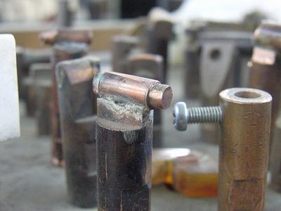 """メタルハウスの熟練職人の技術から生まれるオリジナル、オーダーメイド、特注金具やアクセサリー Our Craftsman     メタルハウスと共に、お客様の理想とするオリジナル金具を製作する職人達を少し紹介したいと思います。まずは、金属を削る、穴を開ける、ネジを切る等の金属加工を得意とする""""挽き物""""の職人です。挽き物とは金属を挽いて、金具を切り出したり、金属に溝を彫ったり、作ったりする技。1920年代から続く職人の技術。"""