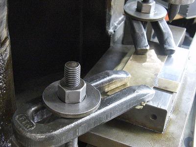 """メタルハウスの熟練職人の技術から生まれるオリジナル、オーダーメイド、特注金具やアクセサリー Our Craftsman     メタルハウスと共に、お客様の理想とするオリジナル金具を製作する職人達を少し紹介したいと思います。      まずは、金属を削る、穴を開ける、ネジを切る等の金属加工を得意とする""""挽き物""""の職人です。     挽き物とは金属を挽いて、金具を切り出したり、金属に溝を彫ったり、作ったりする技。1920年代から続く職人の技術。"""