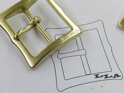 職人手作り、真ちゅう製、ブランドネームバックルのオーダーメイド製作 ・ ・ 🔨 完全オーダーメイドのオリジナルバックル。重厚感、光沢、質感、どれをとっても一流品に作り上げることができました。 ・ 🔨 メタルハウスでは、さまざまお客様から、さまざまな用途に向けて、完全オーダーメイドのバックルを作ります。真鍮製などの素材のリクエストから、ブランドロゴ、ロットなどを考慮して、鋳物、プレス、削り出しなど、、お客様のイメージやデザインを形にする、最適な製法にて、オリジナルのバックルを製作していきます