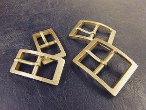 真鍮製オリジナル・特注のネームホック、カシメ、スタッズ、バックル、アクセサリー ・ 経年変化=アジを楽しむことの出来る真ちゅう素材。ナチュラル志向のブランドやお客様に大変好まれています。 ・ 真鍮は加工もしやすく、そのままの状態でも、メッキ加工をしても上質な素材です。