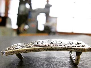 """職人手作り、真ちゅう製、ブランドネームバックルのオーダーメイド製作  ・ 🔨 関西で建設業を営んでいらっしゃるお客さまから、自社の社名を形どった""""N""""をモチーフにした、完全オーダーメイドのオリジナルバックル金具の製作と合わせ、ベルトの革の縫製から取り付けまでを一貫してお手伝いさせて頂きました。  ・ 🔨 数十本のご注文でしたので、全て職人の手作業にて製作をさせて頂きました。重厚感、光沢、質感、どれをとっても一流品に作り上げることができました。"""