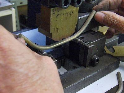 オリジナルの持ち手、かね手、手カンのオーダーメイド製作  Original Metal Handholder Fittings      テレビコマーシャルでも有名な、東京IGINさまより、オールハンドメイドの持ち手ハンドルの依頼を頂きました。      高級感と、重厚感を兼ね備えた、ニッケルサテーナメッキ仕上げの持ち手です。まずはじめに、サンプル作成に必要なパーツを加工のしやすい、真ちゅうにて取り揃えていきます。曲げ型を作成した後は、熟練の職人の手作業にて、曲げる角度も何度も調整しながらベストの角度を探していきます、、、。      まずは、サンプル作成のために、たいていは、メタルハウスにて曲げ型や、その他の必要な型は手作りにて用意し、サンプル作成をしていきます。