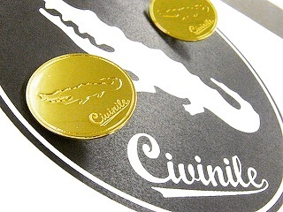 真ちゅう製、オリジナルメタルネームプレート、アクセサリーネームタグの製作  お客様から頂いたデザインから忠実に金型を作り、イメージを形に作り上げていきます。  お客様のご希望を自由な形で、金色、銀色、アンティーク、エポキシ樹脂加工、カラフルな色展開、フルオーダーメイドでイメージを金具にします。