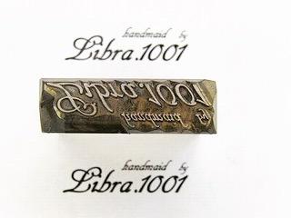 ブランドロゴを彫刻した、オーダーメイドの焼印、素押し、スタンプ金具  よく見ると分かりますが、スタンプと同じく文字を逆さまに彫刻しています。  こだわりの革にブランドのロゴを入れ込む為に使用する焼印型。素押しの型に入れ込んでも良し、手打ちの型として使用するのも良し。  お客様が理想とするオリジナルブランドのロゴやモチーフを自由に焼印型に彫刻ができます。また、ジュラルミン、鋼、鉄、真鍮製と使用用途や予算に合わせて選択することも可能です。