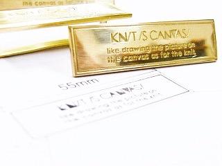 お客様のご希望通り、真鍮を熟練の職人が、一つ一つ丁寧に磨き上げ、真鍮生地、光沢磨き仕上げにて製作させて頂きました。 ・ まずは、お客様から頂いたデザインから忠実に金型を作り、イメージを形に作り上げていきます。 ・ お客様のご希望を自由な形で、素材から、金色、銀色、アンティーク、エポキシ樹脂加工、カラフルな色展開、フルオーダーメイドでイメージを金具にします。 ・ メタルハウスでは、シリアル番号やナンバリングを刻印した、メタルチャームやアクセサリーチャームをオーダーメイドで作成できます。