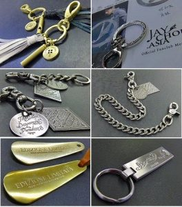 オリジナル金具作成から、革の縫製までの一括生産のお知らせ  メタルハウスでは、オリジナル金具の製作はもちろんの事、キーホルダーに革を取り付けたり、靴べらキーホルダー、革製のオリジナル小物の生産も可能になりました。記念品、お祝い、販促品、贈呈品、ノベルティー、カタログなどでは作れない、世界でただひとつの究極のオリジナルグッズを僕らと一緒に作りましょう。