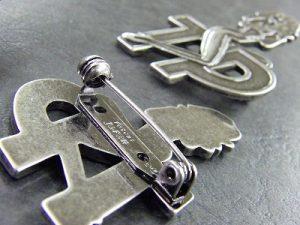 """オリジナルデザイン・オーダーメイドのキーホルダー、ピンバッジ金具の特注製作  Original Metal Keychain Fittings      ロサンゼルス、日本と世界でブランドを展開されているクライミー様からセクシーな女性をモチーフにしたオリジナルデザインの金具のご依頼を頂きました。     世界で一つのオリジナルキーホルダー、ピンバッジ金具の作成です。    オリジナルの金具を作成する場合、お客様のデザイン、作成数、素材の希望等によって、最高の作成方法を選択していきます。     今回は原型をお持ちだと言うことで、原型を利用することができる、ラバーキャストという製法にて形を作っていきました。   """"原型""""から量産用の""""種""""に仕上げていくために使う、長年使い込まれた、職人の道具。これがお客様のイメージを形にしていくのに大切な大切な秘密兵器です。"""