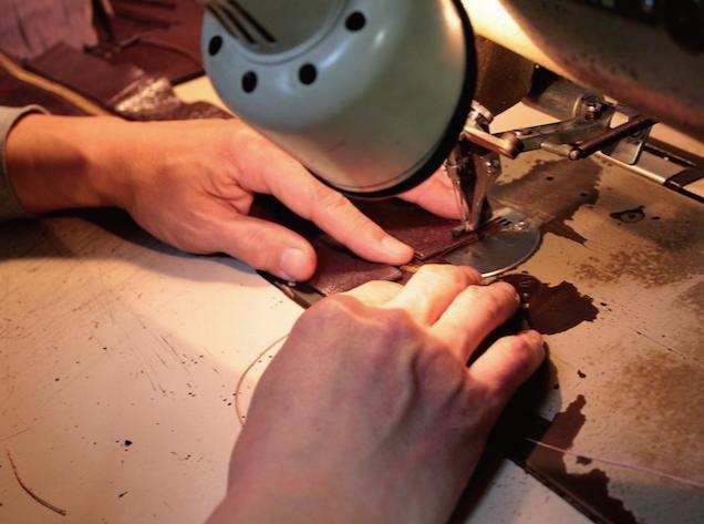 """メタルハウスでは、お客さまがイメージしているアイデア、デザイン、イメージを金具の製作から、縫製の工程まで一貫して製作のお手伝いをすることが可能になりました。      メタルハウスでは、オリジナルの金具を製作する職人達と同様に、熟練の縫製職人、縫製工場との強い結びつきがあります。そこで、今までは分業が当たり前だった、金具の技術と縫製の技術を声の届く距離に位置づけ、組み合わせる事で、""""オリジナル金具の製作""""から、""""オリジナルの革小物""""、""""金属小物""""などの""""完成品の製作""""のお手伝いができるようになりました。"""