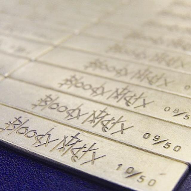 真ちゅう製のナンバリング、シリアル番号入りオリジナルメタルネームプレート、ネームタグの製作。メタルハウスでは、シリアル番号やナンバリングを刻印した、メタルチャームやアクセサリーチャームをオーダーメイドで作成できます。お客様のご希望を自由な形で、金色、銀色、アンティーク、エポキシ樹脂加工、カラフルな色展開、フルオーダーメイドでイメージを金具にします