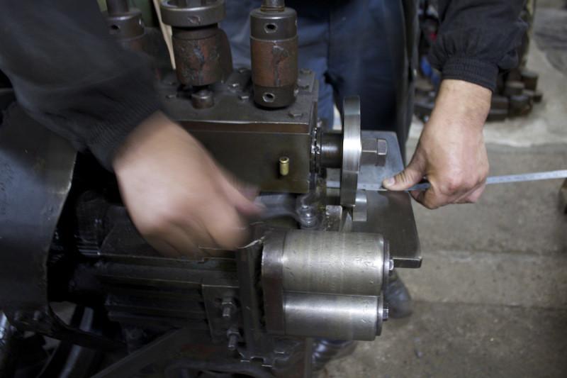 真鍮製の靴べらキーホルダーを手作業で製作