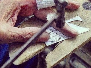 お得意さまの展開なされているフランスのブランド用に、特注・オリジナルのメタルブローチ、アクセサリーチャームのサンプル作成を行いました。   頂いたデッサンより、糸のこぎりで、丁寧に形を抜き取っていきます。簡単そうに見えますが、のこぎりで、直線を引く事も、曲線を付ける事も、熟練の技が必要になります。  指先まで研ぎ澄まされた、歴史と技術が注ぎ込まれていきます。