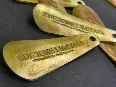 真鍮製の靴ベラキーホルダーにオリジナルのロゴを刻印