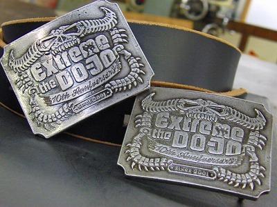 金具職人手作り、ブランドロゴ入り、オリジナルデザインのベルトバックルのオーダーメイド  Original Belt Buckle fittings    メタルハウスでは、オリジナルのボタン、ホック、チャーム、ネームプレートと、さまざまなオリジナル金具の依頼を受けます が、最近では、会社の社員用に、結婚式の記念品として、またセールスプロモーションの販促品としてなど、沢山の業種のお客様向けにオリジナル金具を作らせ ていただいています。     今回は建設業を営んでいらっしゃるお客さまから、社員用のオリジナルのバックル金具と、ベルトの革部分の縫製(完成品)と、イベント会社さま向けにDOJYO=道場用のオリジナルバックルを作りました。