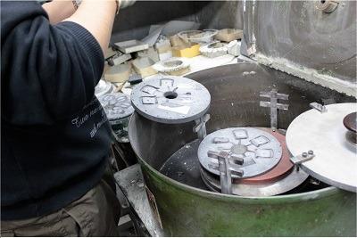 ラバーキャストという円盤状のゴム型が機械にセット