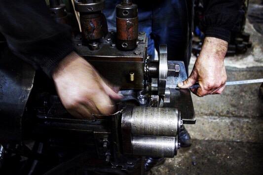 職人が靴べらの材料を手作業で切り出していきます