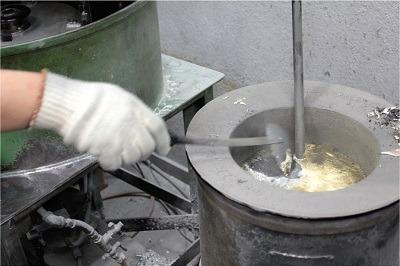 溶かした亜鉛などの金属を流し込みます