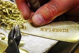 真鍮製の靴べらキーホルダーにパーツを取り付け
